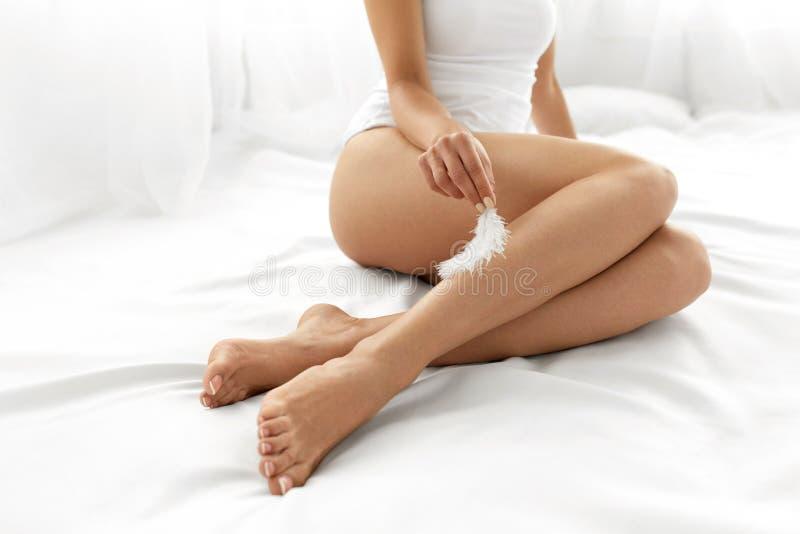 Lange Frauen-Beine mit schöner Haut Schönheits-Körperpflege-Konzept stockfotos