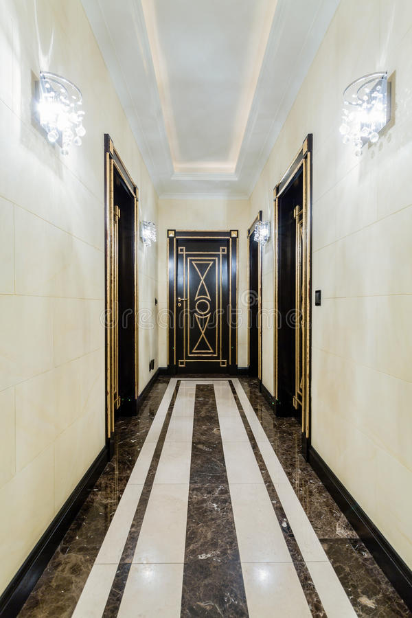 Lange gang in barok huis stock foto afbeelding bestaande uit meubilair 56340682 - Gang huis ...