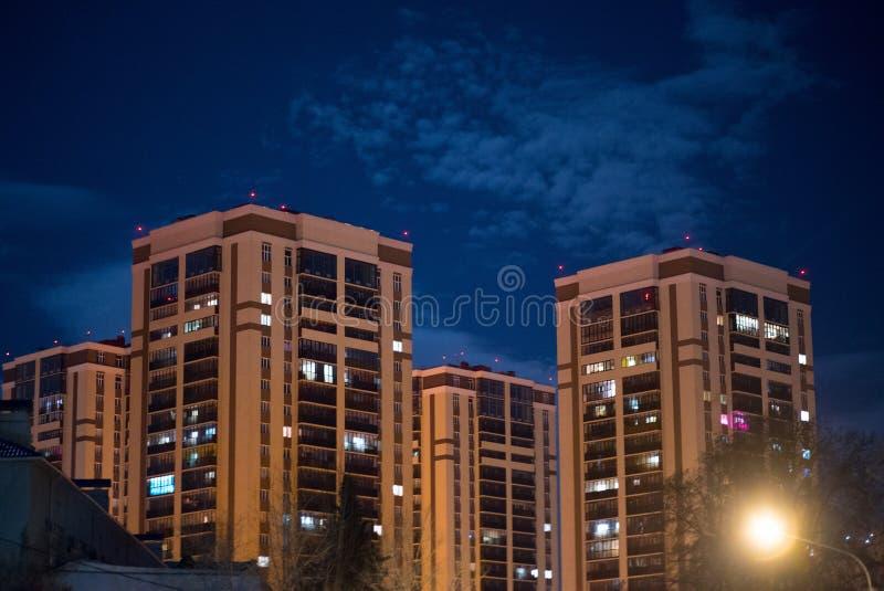 Lange gebouwen in de nachtstad royalty-vrije stock afbeeldingen