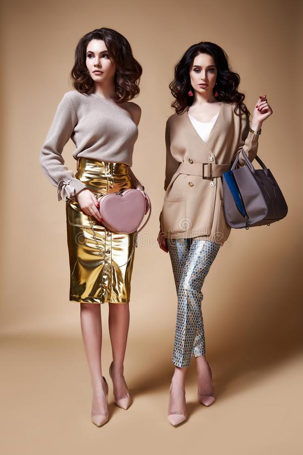 Lange gelockte Brünette der sexy Mode-Modell-Schönheit des Zaubers zwei lizenzfreie stockbilder