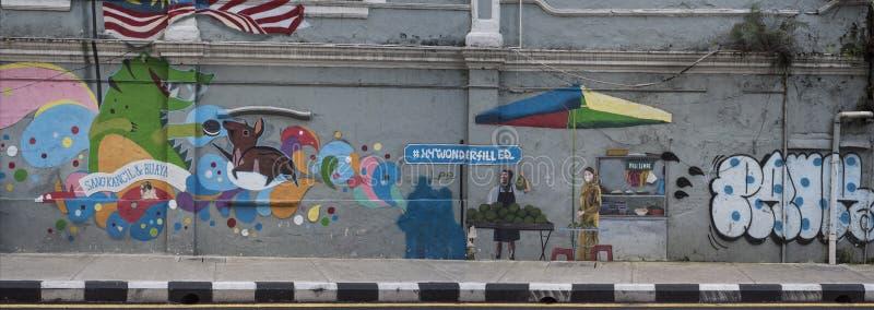 Lange graffiti van leuke dieren en het straatleven op een muur van een Kuala Lumpur-straat in Maleisië stock afbeeldingen