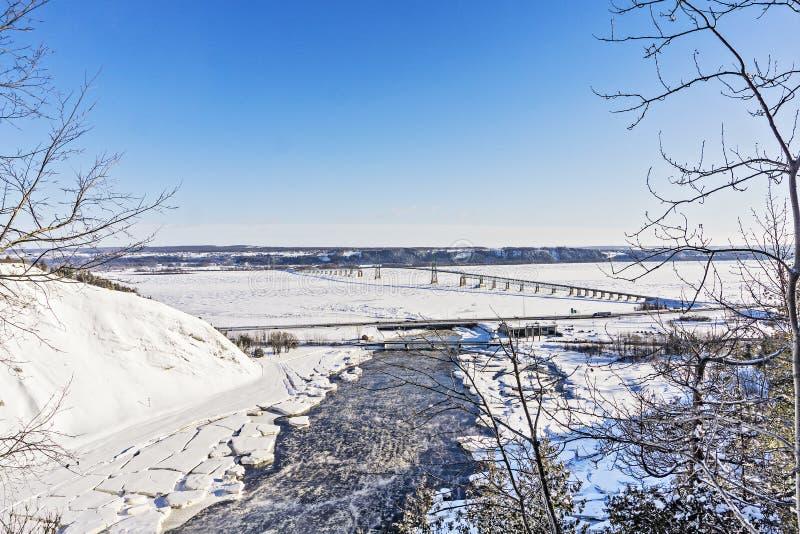 Lange Hängebrücke überspannt das St. Lawrence River zwischen Montmorency und der szenischen Insel von Ile d 'Orleans in Quebec stockfotos