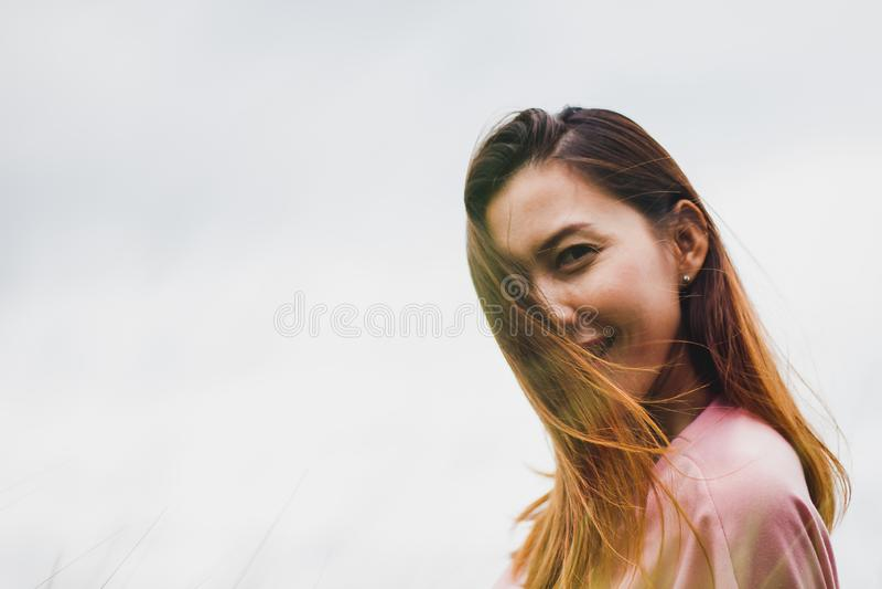 Lange haarvrouw die het roze overhemd kijken dragen royalty-vrije stock afbeelding