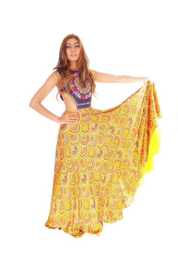 Lange jonge vrouw in gele rok royalty-vrije stock afbeelding