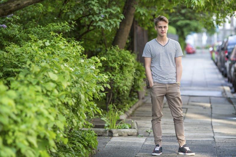 Lange kerel die zich op de straat bevinden stock foto
