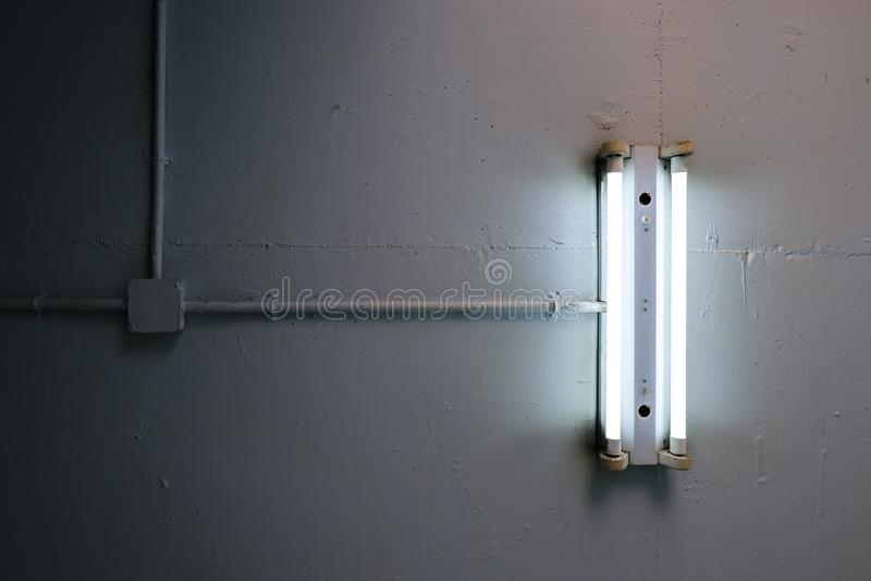 Lange Leuchtstofflampe installiert auf die konkrete Decke in die industrielle Fabrik lizenzfreies stockbild