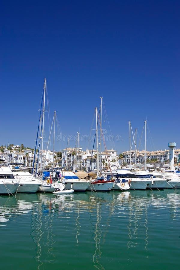 Lange luxeboten en jachten die in haven Duquesa in Spanje worden vastgelegd stock foto