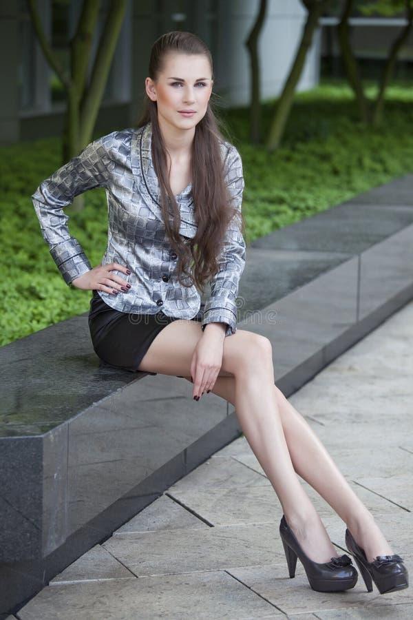 Lange mit Beinen versehene Geschäftsfrau stockfotos