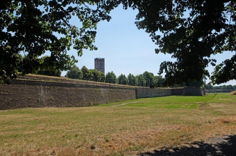 Lange muren die de historische kwarten van Luca, Italië verdedigen royalty-vrije stock foto