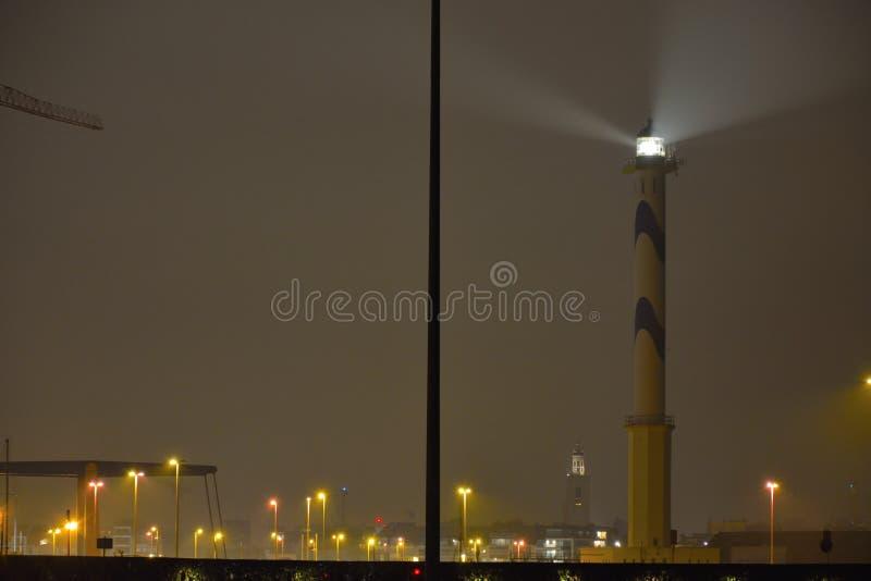 Lange Nelle est le phare de la ville côtière belge d'Ostende Scène de nuit image libre de droits