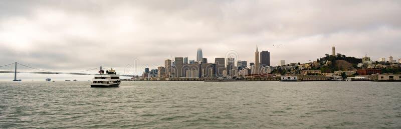 Lange Panoramasan Francisco Ferry Fishermans Wharf City Horizon royalty-vrije stock foto
