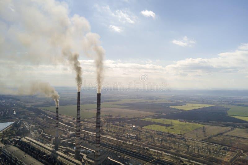 Lange pijpen van elektrische centrale, witte rook op landelijk landschap en de blauwe ruimteachtergrond van het hemelexemplaar royalty-vrije stock foto's