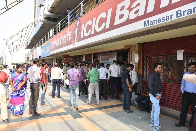 Lange Reihe von Leuten außerhalb der Banken, zum von alten 500 und 1000 Banknoten niederzulegen und der neuen Währung zu erhalten stockfoto