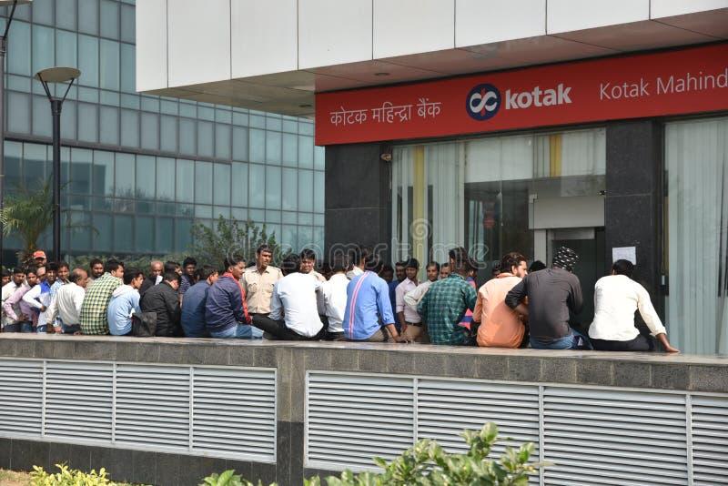 Lange Reihe von Leuten außerhalb der Banken, zum von alten 500 und 1000 Banknoten niederzulegen und der neuen Währung zu erhalten stockfotografie