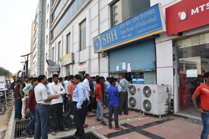Lange Reihe von Leuten außerhalb der Banken, zum von alten 500 und 1000 Banknoten niederzulegen und der neuen Währung zu erhalten stockbilder