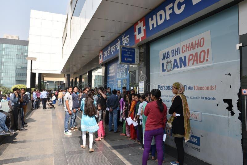Lange Reihe von Leuten außerhalb der Banken, zum von alten 500 und 1000 Banknoten niederzulegen und der neuen Währung zu erhalten lizenzfreie stockfotografie
