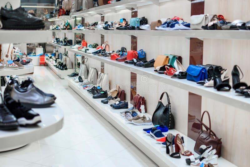 Lange Reihen von Regalen mit Schuhen und von Taschen im Speicher lizenzfreie stockfotografie
