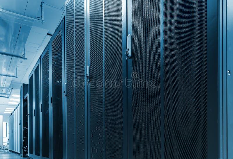 Lange rij van rekken met netwerkdeuren in groot datacentrum Het vakje van de serverhardware met netwerk communicatie cluster Mode royalty-vrije stock foto's