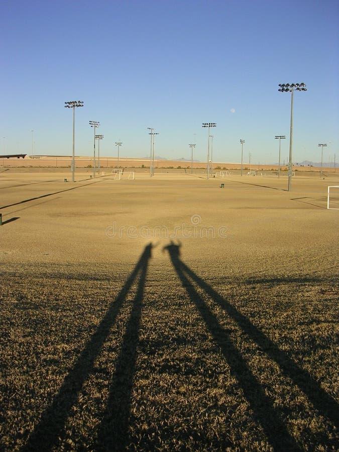 Lange Schatten auf totem Feld stockbilder