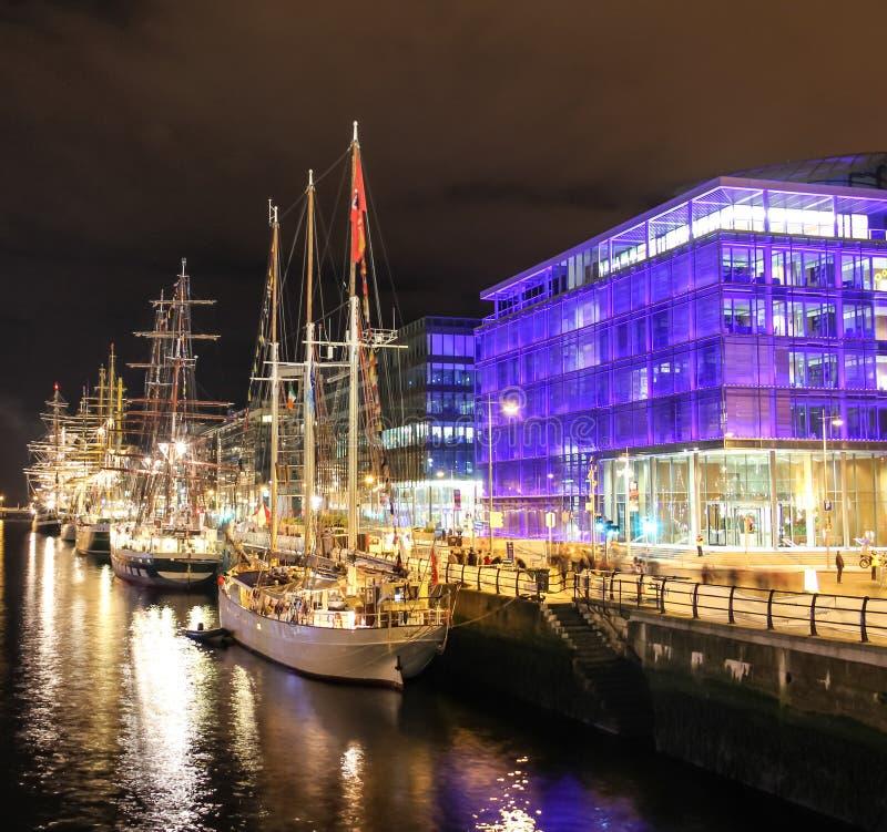 Lange schepen die bij liffey worden vastgelegd - Dublin stock foto