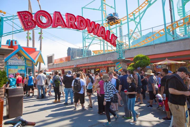 Lange Schlange für Karten bei Santa Cruz Beach Boardwalk lizenzfreie stockfotos