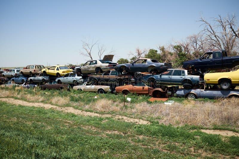 Lange Schlange von Staplungsautos in einem Schrottplatz stockfoto