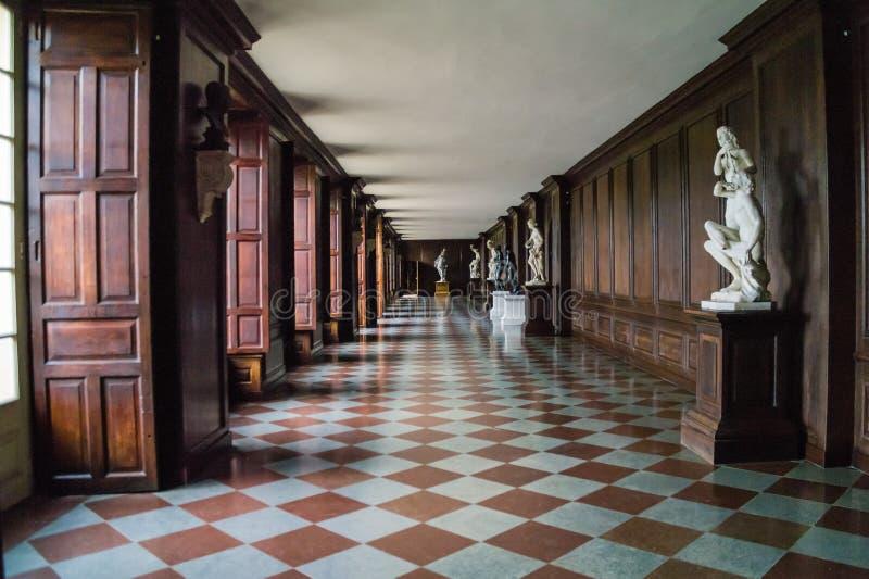 Lange Skulptur zeichnete Korridor innerhalb Hampton Court Palaces stockfoto