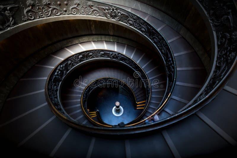 Lange Spirale, Wendeltreppen Dunkle Schatten, weiches Licht stockfotos