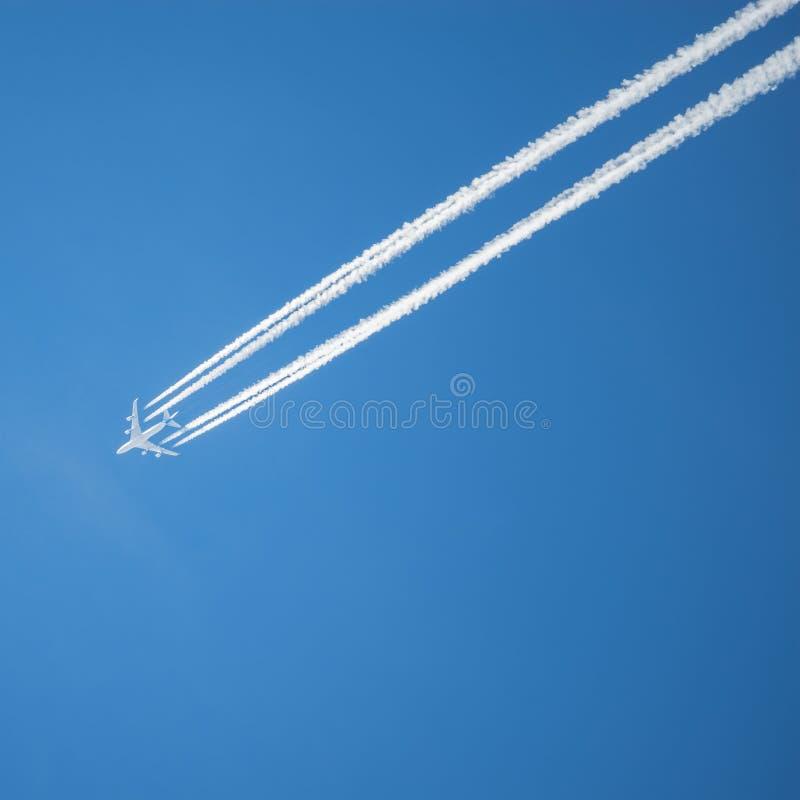 Lange Spur des Düsenflugzeugs stockfoto