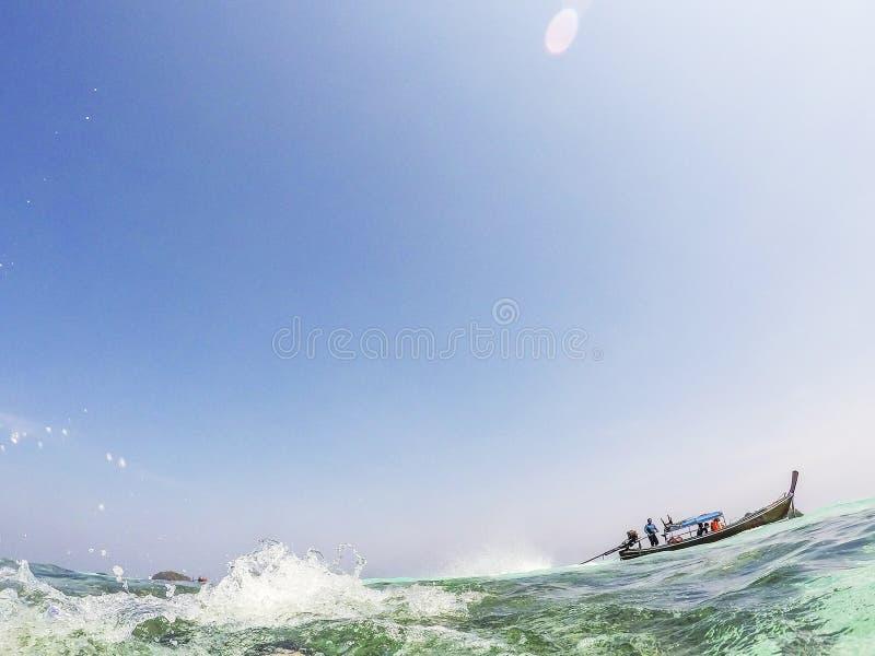 lange staartboot in Andaman-overzees - de vakantieconcept van Thailand stock fotografie