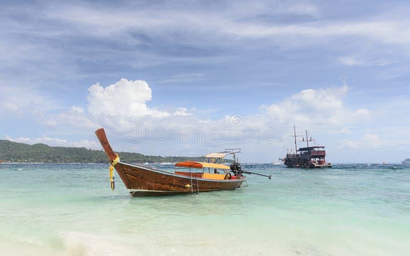 Lange staartboot het varen ervaring in het Andaman-overzees van Phi Phi Islands aan Railay-Strand royalty-vrije stock foto's