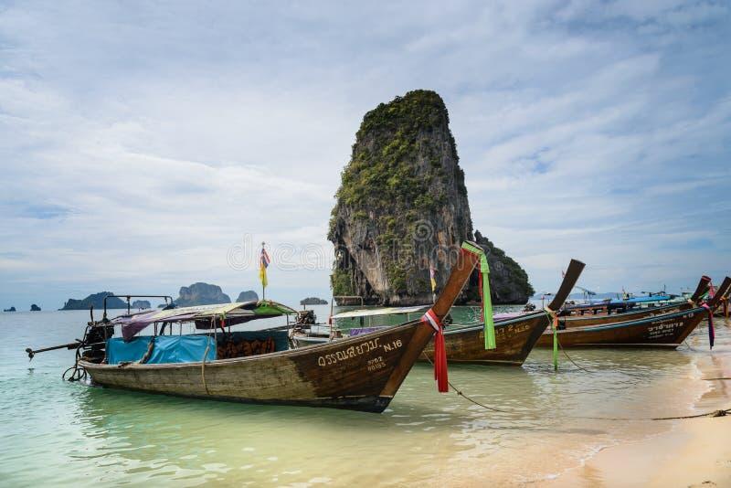 Lange staartboten in Andaman-overzees, Krabi, Thailand stock fotografie