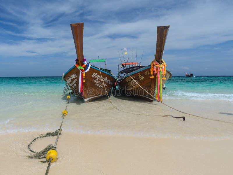 Lange staartboten in Andaman-overzees, Phi Phi Islands stock foto's