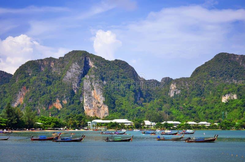 Lange staartboten in de baai van Loh Dalum bij Phi Phi Don-eiland royalty-vrije stock foto's