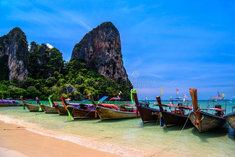 Lange staartboten en rotsen op Railay-het strandwesten, Ao Nang, Krabi, stock afbeeldingen