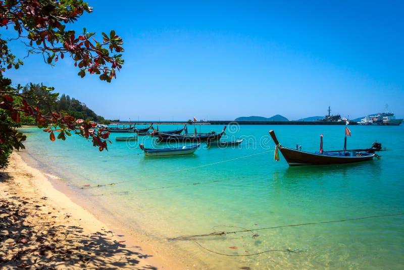 Lange staartboten op het tropische strand, Andaman-Overzees, Thailand stock afbeeldingen