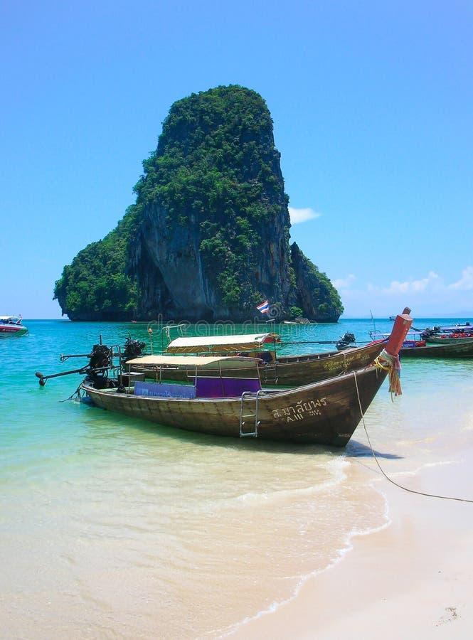 Lange staartboten in Railay-Strand, Krabi, andaman overzees, Thailand stock afbeeldingen