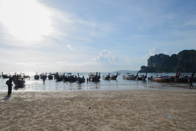 Lange staartboten in Railay-strand, Krabi, Thailand stock fotografie