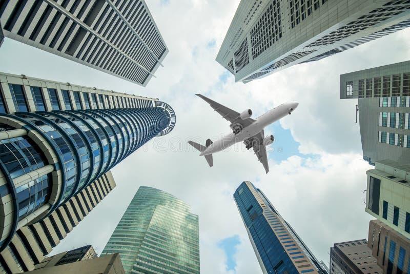 Lange stadsgebouwen en een vliegtuig die boven in ochtend vliegen royalty-vrije stock afbeelding