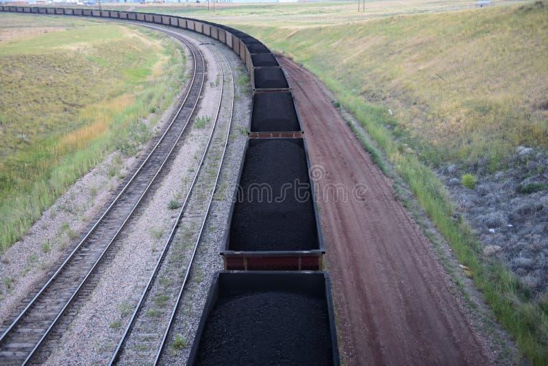 Lange steenkooltrein die steenkool van een open kuilmijn vervoeren royalty-vrije stock foto