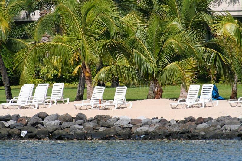 Lange stoelen op het strand royalty-vrije stock fotografie