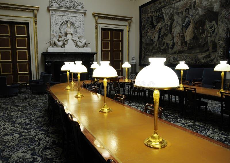 Lange Tabelle mit Lampen stockfoto
