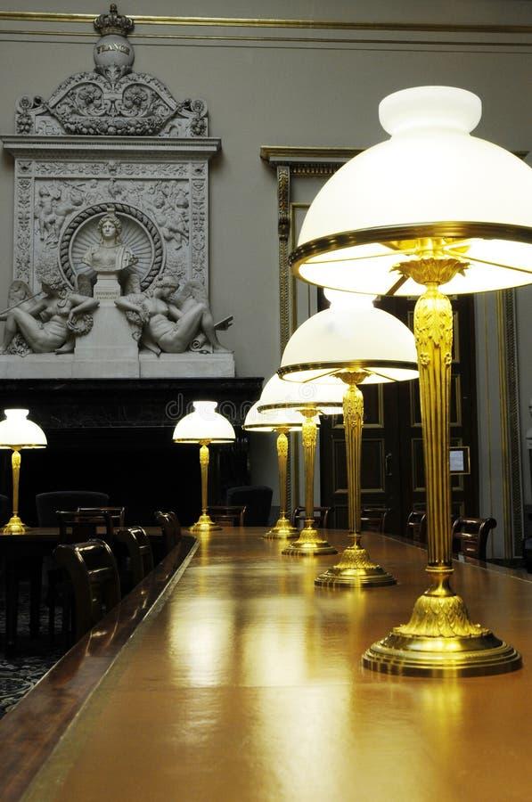 Lange Tabelle mit Lampen stockbild