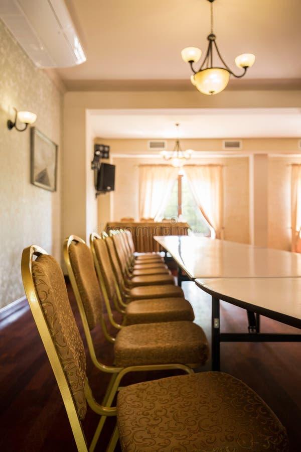 Download Lange Tabelle Und Stühle Stockfoto. Bild Von Schreibtisch    58332150