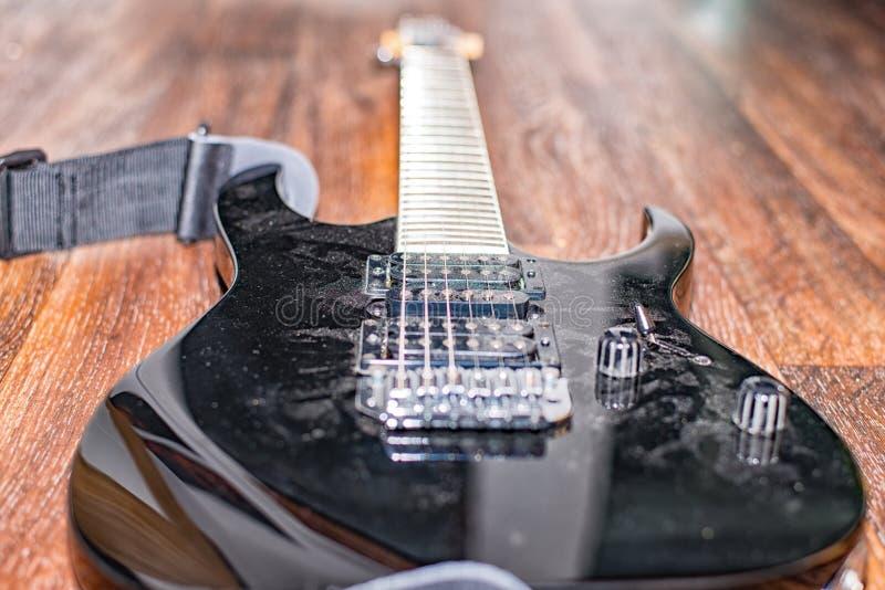 Lange tijd niet meer gebruikte zwarte elektrische gitaar stock foto's