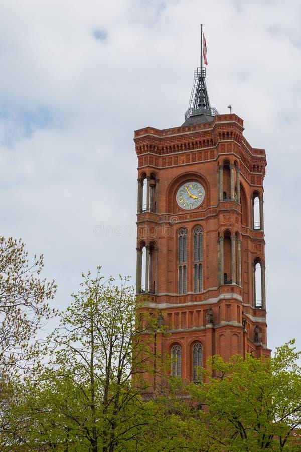 Lange toren boven bomen voor bewolkte hemel royalty-vrije stock afbeelding