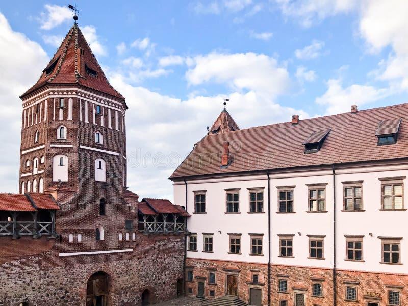 Lange torenspitsen en torens, het dak van een oud, oud middeleeuws barok kasteel, een renaissance, Gotisch in het centrum van Eur stock foto