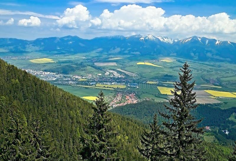 Lange Tradition - Aufstieg zur Spitze von Poludnica in Zavazna Poruba Die Ansicht des Tales zeigt das Dorf selbst und das nahe ge lizenzfreie stockfotografie