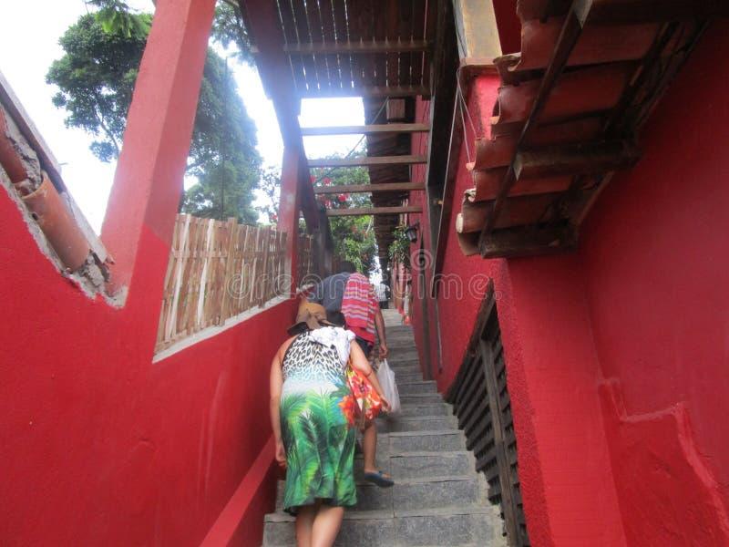 Lange Treppe mit müden Leuten in den buzios lizenzfreies stockbild