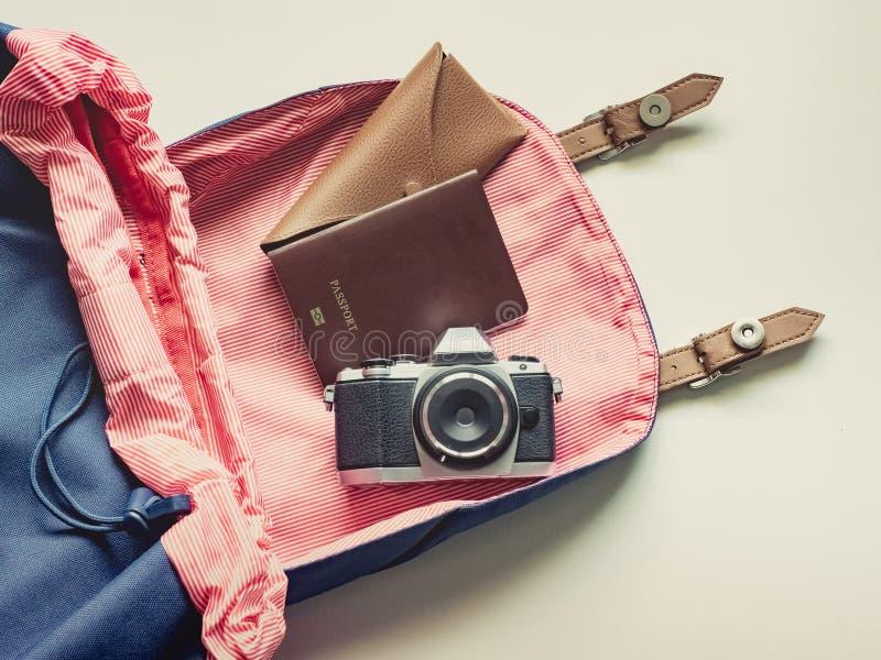 Lange Urlaubsreiseebene legen Konzept vom blauen Rucksack mit rösten stockfotografie